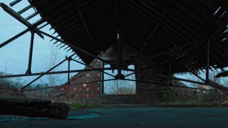 Restes du triage-lavoir Les Hiercheuses (bâtiments désaffectés à l'abandon) au pied du terril du même nom, en Belgique